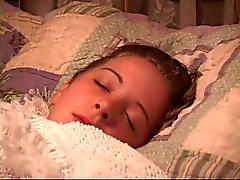 Nena Sleeping obtiene su boca grabada y la manos atadas