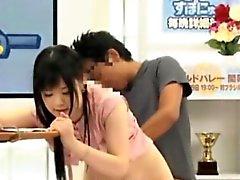 Cutie Asian creampied durante la de gangbang