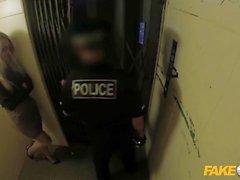 Fake Cop Leggy Büro Schlampe fickt Cop in einem Aufzug