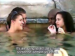 Chacun se nu dans parti du pool dans cette émission de téléréalité XXXe