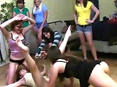 College Girls Get Sa Chatte En rupture à une fête bizutage