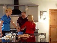 två blonda flickor i kitchenen