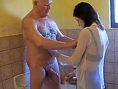 Muy vieja el abuelo Mireck y chica joven al