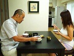 Eine japanische Babe ihre Muschi in einem Auto finger