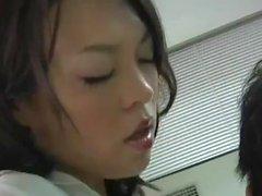 Japanilainen Tyttö Barber antaa erityispalvelua asiakkaalleen