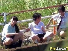Uriner étudiants asiatiques