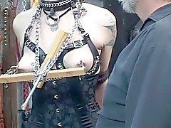 Giovane gorgeous del brunette bendati in corsetto è torturato da Master Len