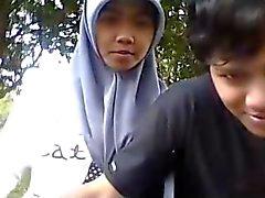 Indonesien - Cewek jilbab ciuman sama Pacar