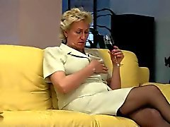 Blonde oma verzorgt haar harige Pussy door TROC
