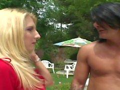 biondo Curve seduce il pulitore a scoparla alla piscina