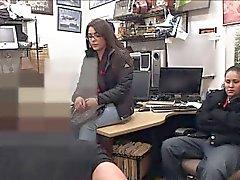 Две сук запускается наказывается хозяина магазина