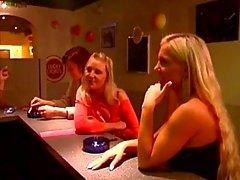 Horny guy obliga dos niñas para algunas escenas sado en caliente en una barra de