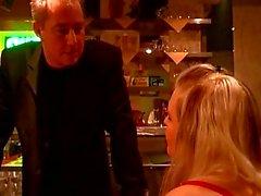 Geilen Typen zwingt zwei Mädchen für einige heiße Einzel Kulissen bdsm in einer Bar