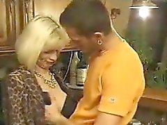 Blond du GILF Anal baisée dans la cuisine Cocu