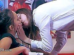 De deux filles horny ayant baiser sur canapé rouge