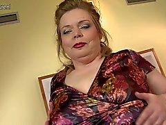 Big fostra med stora saggy bröst samt är hungrig fittan