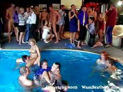 Fiesta en la piscina group sex de especificar swinger