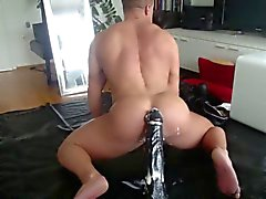 Muscle di Hunk Rides Grande Dildo in due