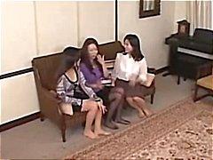 Deze Aziatische lesbische babes geven een een trillende orgasme