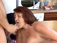 Gorda A avó Tendo em Sexo na cozinha