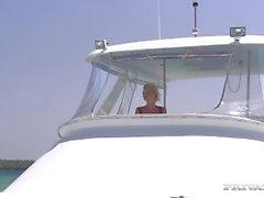 Blonde Boroka a le sexe hardcore sur le pont d'un yacht