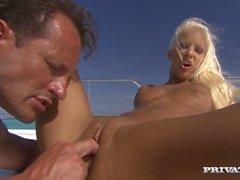 Blonde Boroka tiene sexo hardcore en la cubierta de un yate