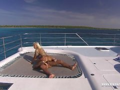 Blondi Boroka Onko Vakavimmat Sex laivan kannella Yacht