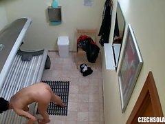 Сексуальная короткошерстная девушка на скрытой фотокамере