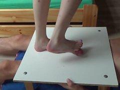 BAFE pies pene y los testículos de las pisadas pisar fuerte