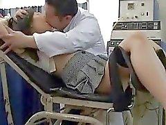 Schoolgirl commesso uno sviamento per Ginecologo