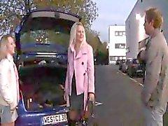 Twee Duitse tieners zijn op een parkeerplaats in het openbaar eten pik