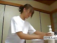 Subtitled CFNM japanska sensuell penis tvättningen i inn