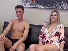 Мачеха и Пасынок Affair на 100 ( Смотря порно с мамой )
