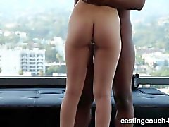 Petite Teen Take Huge Black Cock na Rap Video Casting