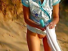Filles sur la plage de s'amuser