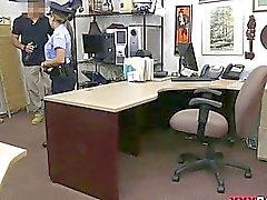 Latina poliisimiehen munaa nappula