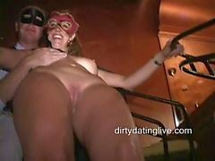 Masqués MILF de Tara de Jean et de d'Amy sucez la bite et baisent dur à orgie