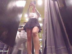 Jeny Smith vilkaisi saumattomia sukkahousujaan ostoksilla