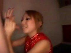 Attraktive japanische Babe gefällt einen langen Stock mit ihren Lippen