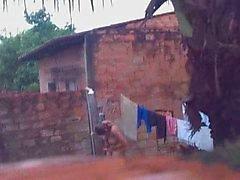 espía los vecinos En memoria desnuda en el jardín