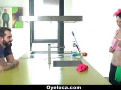 ¡El limpiador de Latina limpia la casa y el gallo!