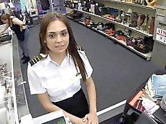 Sexy dello stewardess de Latina succhia cazzo nel negozio di pegno pubblica