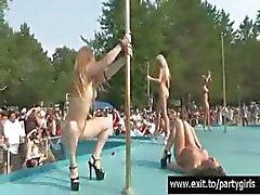 Schandalig publiek naakt partij met veel meisjes