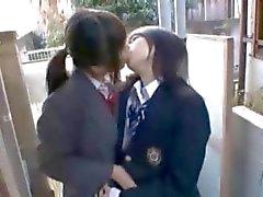 Muchacha asiática joven que hace masturbar el Chubby al autobús por el otra chica