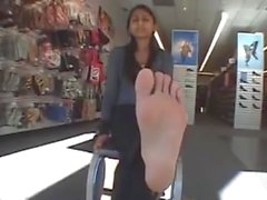 Ragazza indiana mostra i suoi piedi Ticklish
