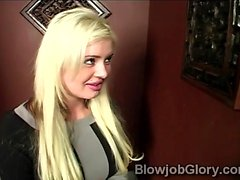 Platin Blondine Andie möchte für das Heil in der Kirche