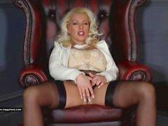Posh blonde couguette Leggy Lana doigts chauds chatte humide et baise jouet en verre