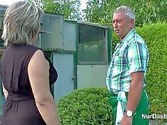 Den tyska Grandpa och farmor knullar Hård i Garden