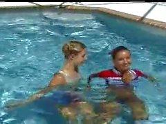 Christina und Schicksal im Pool