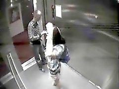 Лифт забава оказывается втянутым